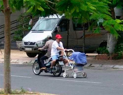 Padres cuidando a sus hijos