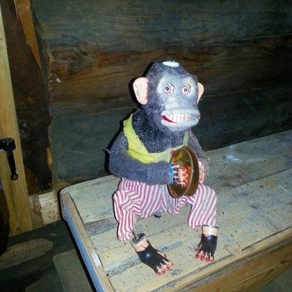 Cosas siniestras en casas viejas mono