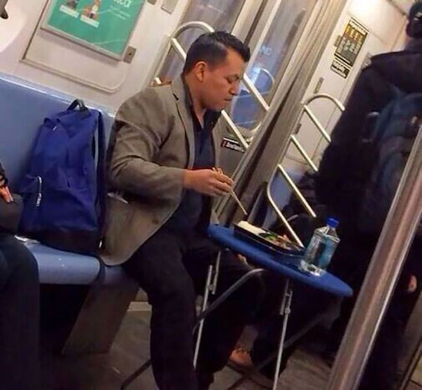 gente rara comiendo metro