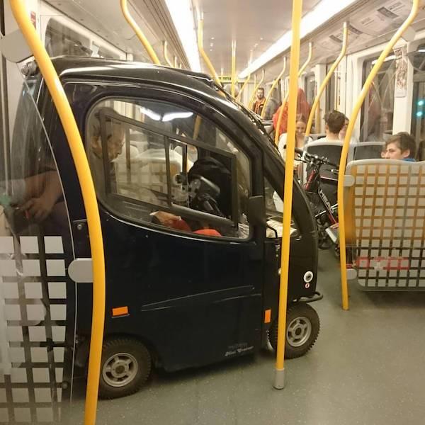 gente extraña auto metro
