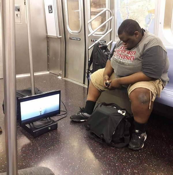 gente extraña jugando metro