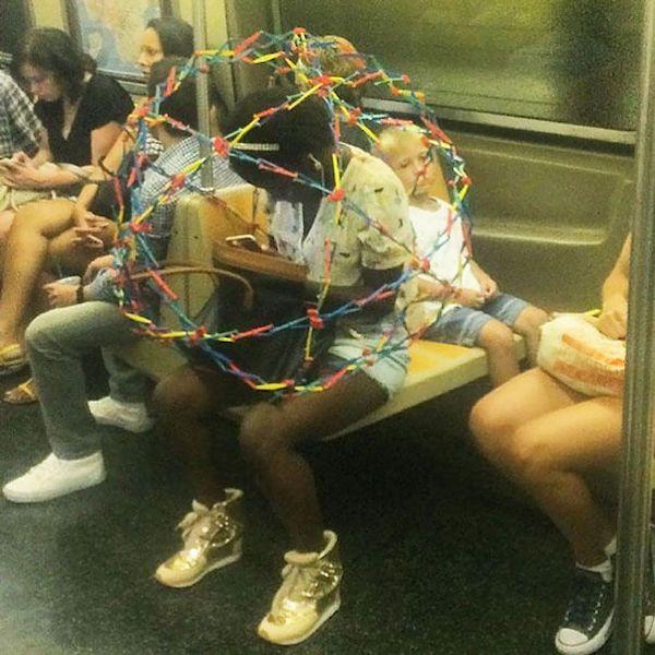 gente extraña esfera de metro