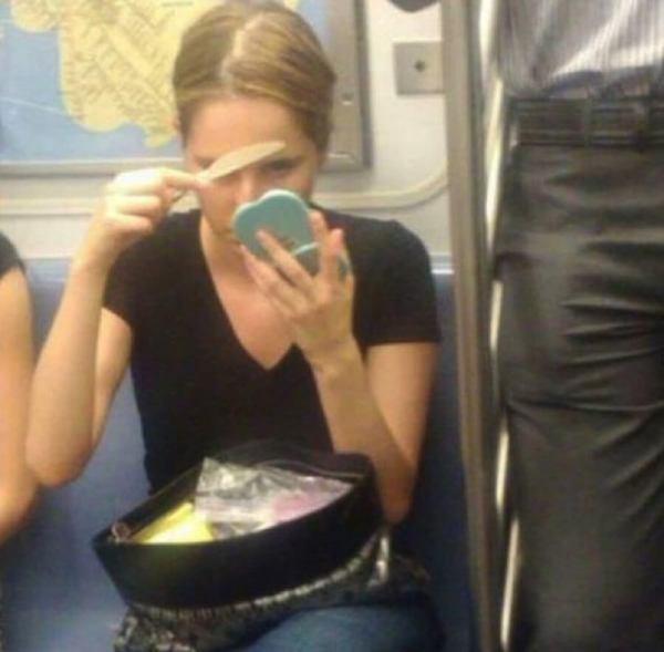 gente extraña haciendo metro