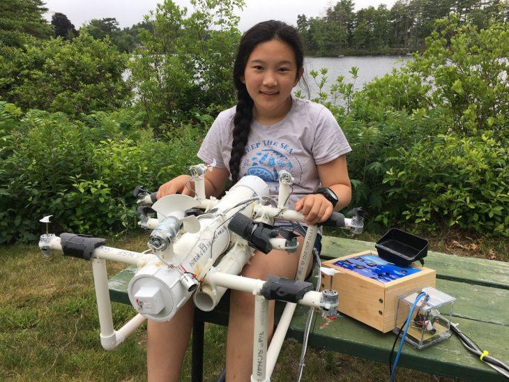 Anna del robot limpia el océano.