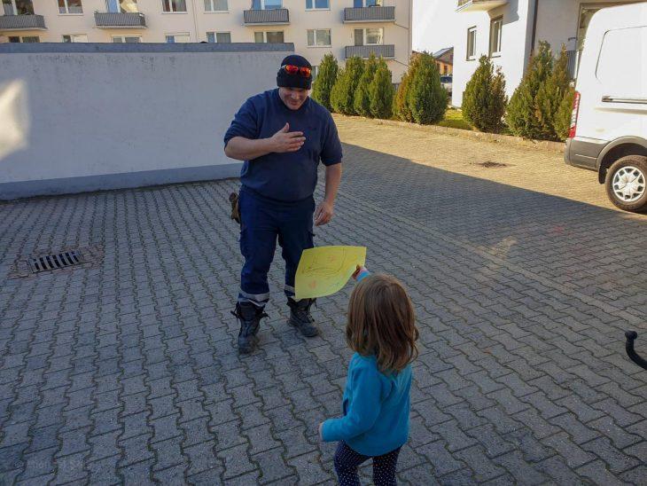 Bombero y niña