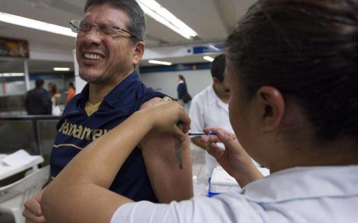 joven se vacuna