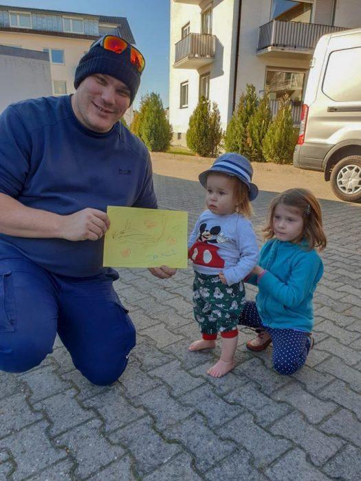 Bombero con niñas
