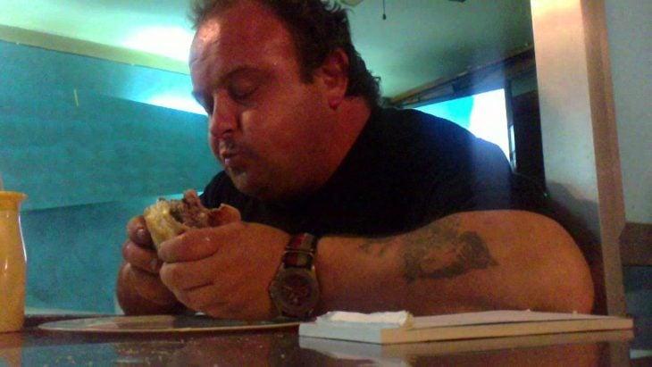 señor gordo comiendo