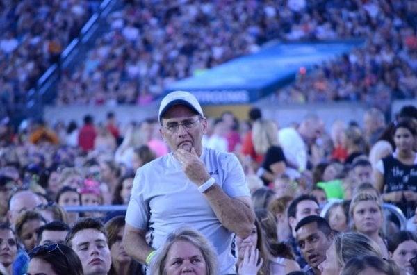 papá triste en concierto