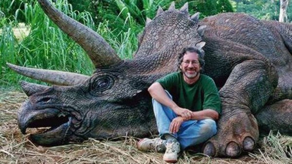 Steven Spielberg con dinosaurio