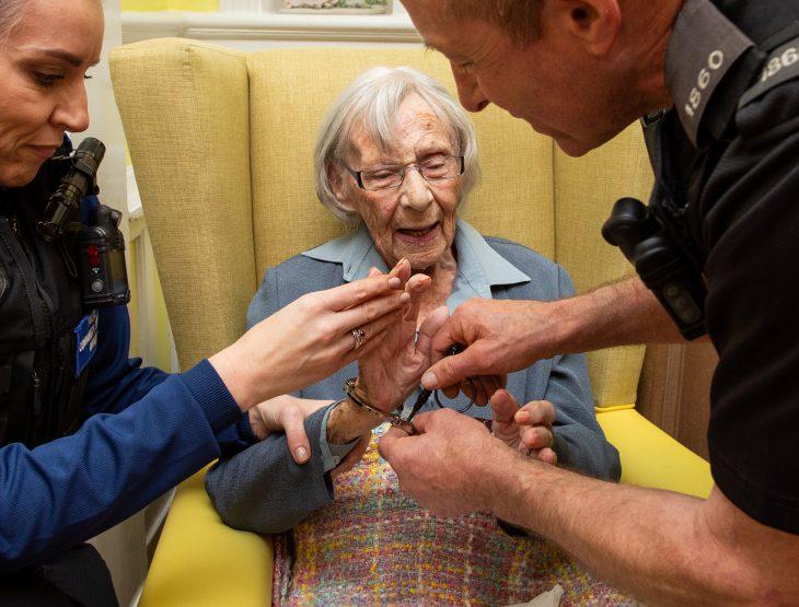 Viejita de 104 años arrestada