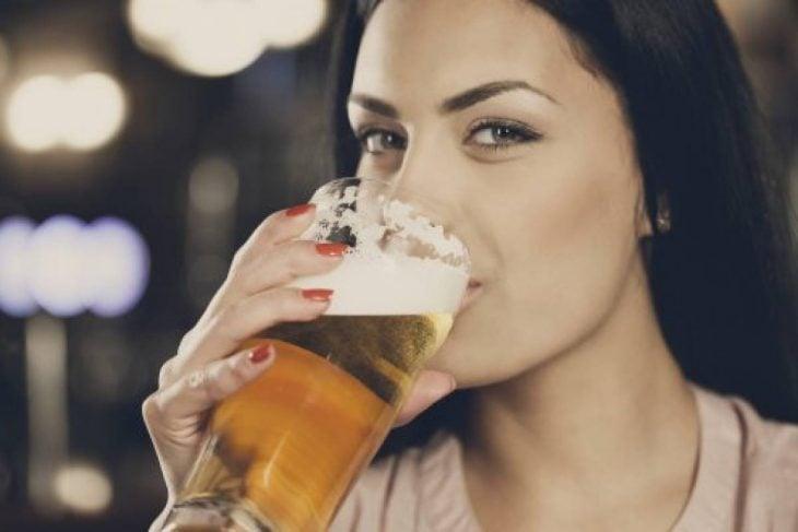 mujeres que beben cerveza son fieles