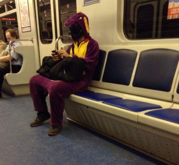 personas extrañas metro