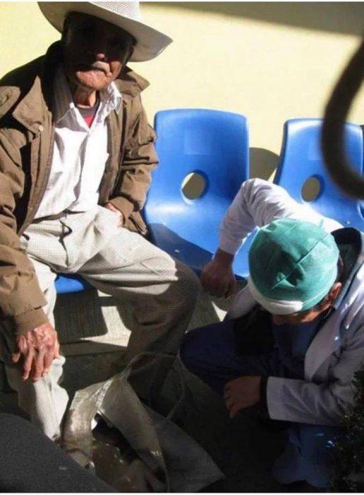 abuelito lleva a perrito a hospital humano