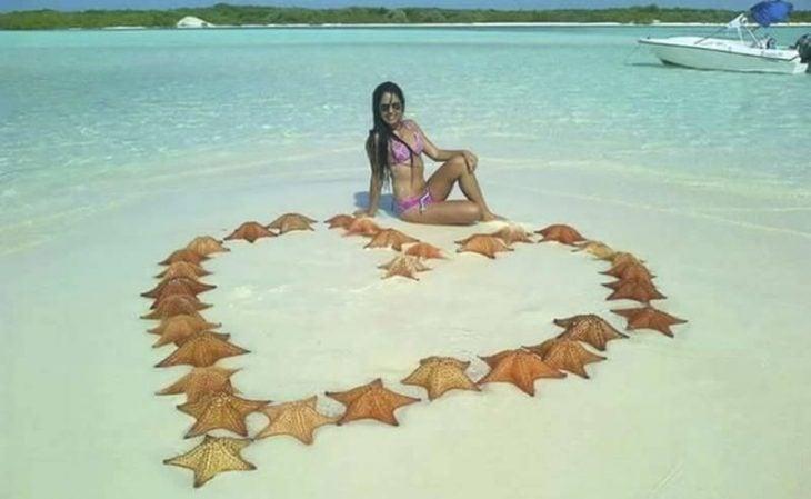 Turista mata estrellas de mar