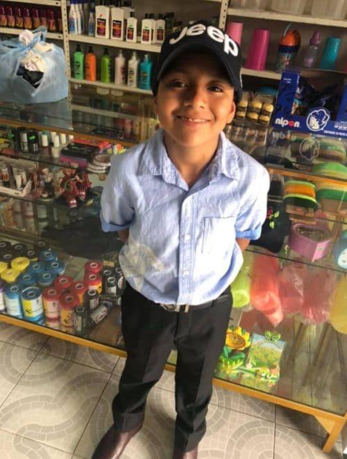 Niño en tienda