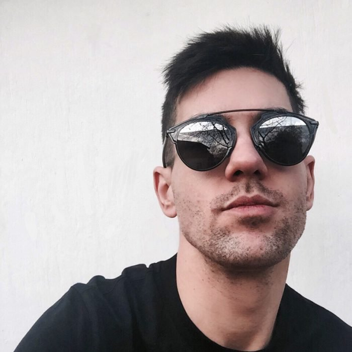 hombre con lentes oscuros