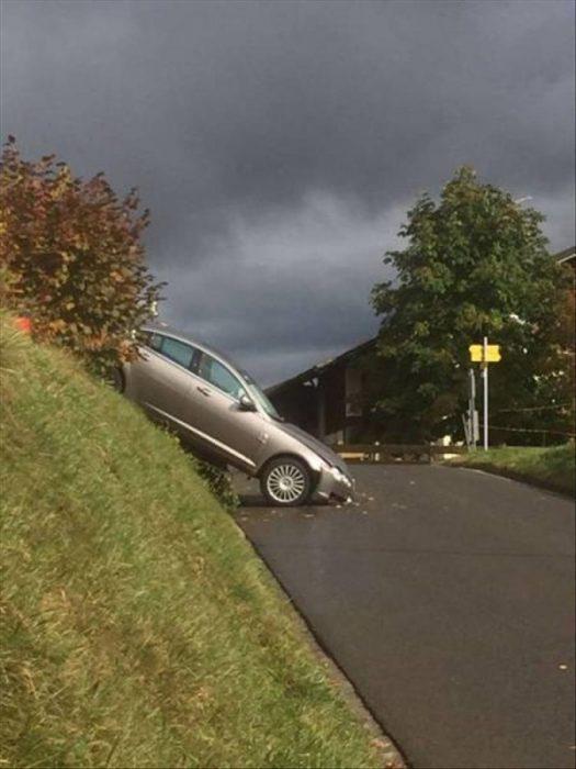 coches en un mal día choca en pendiente