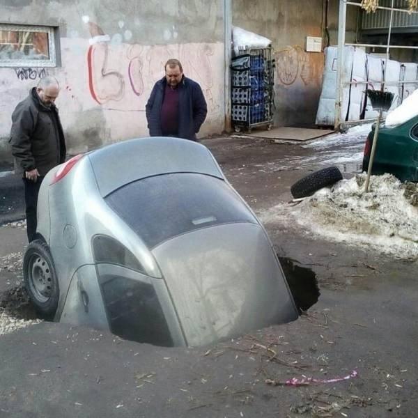 coches en un mal día caído en hoyo