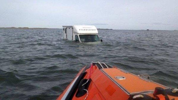 coches en un mal día inundado