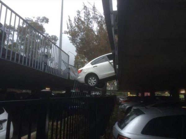 coches en un mal día colgando de puente