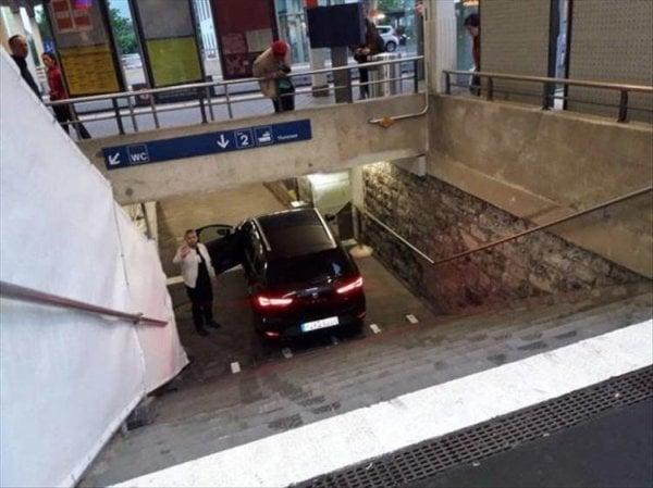 coches en un mal día caído en escaleras