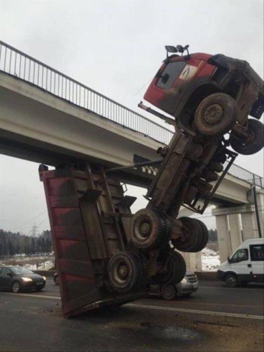 coches en un mal día camión bajo puente
