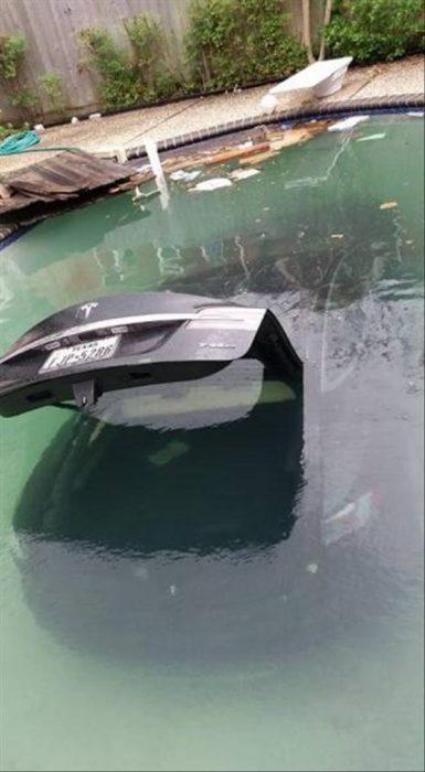 coches en un mal día en piscina