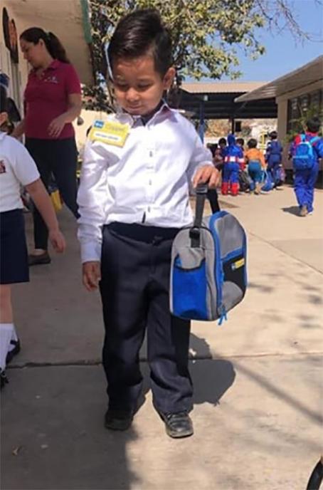 Niño disfrazado de gerente de Coppel