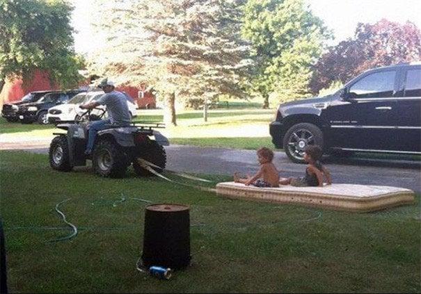 papás a cargo niños jugando en colch{on