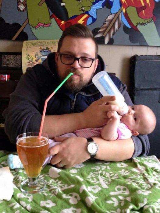 papás a cargo bebiendo juntos