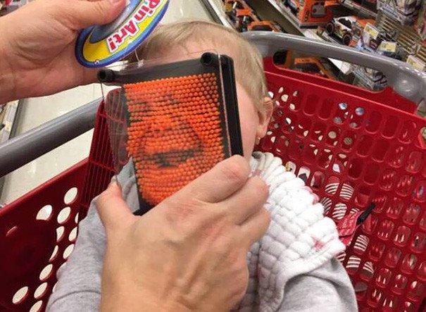 papás a cargo juguete rostro de bebé