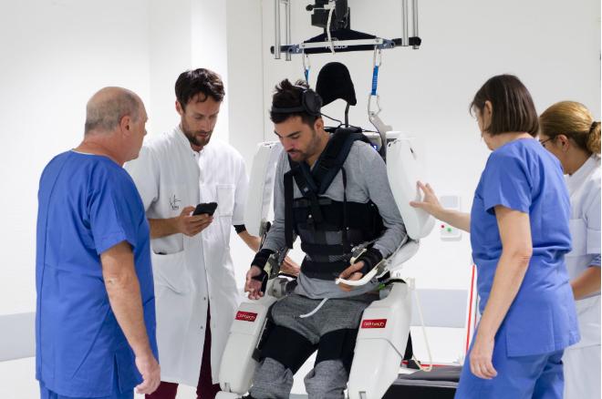 Hombre paralítico vuelve a caminar con ayuda de robot