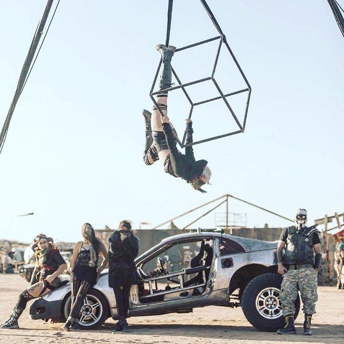 acroba 700x700 #Wasteland: El asombroso festival temático de Mad Max es arte, desierto y música (Fotografías)