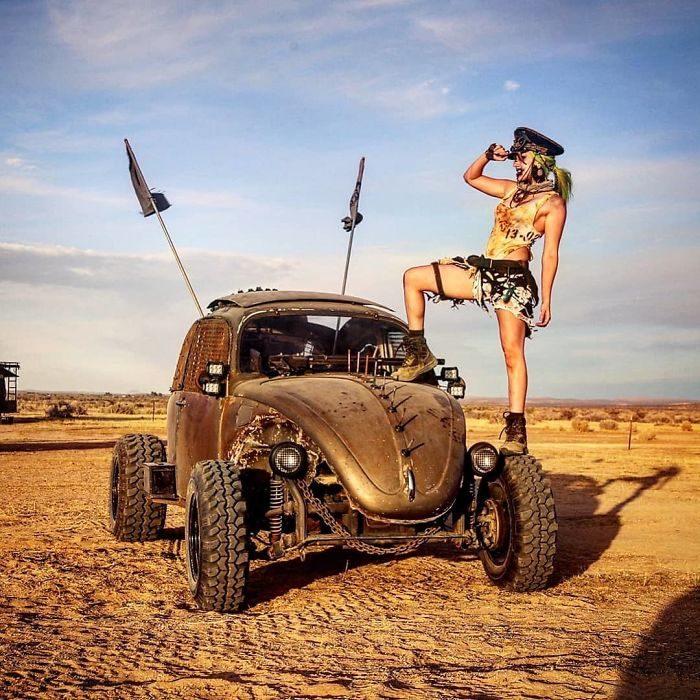 enelvoc 700x700 #Wasteland: El asombroso festival temático de Mad Max es arte, desierto y música (Fotografías)