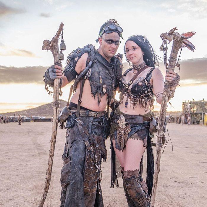 enparej 700x700 #Wasteland: El asombroso festival temático de Mad Max es arte, desierto y música (Fotografías)