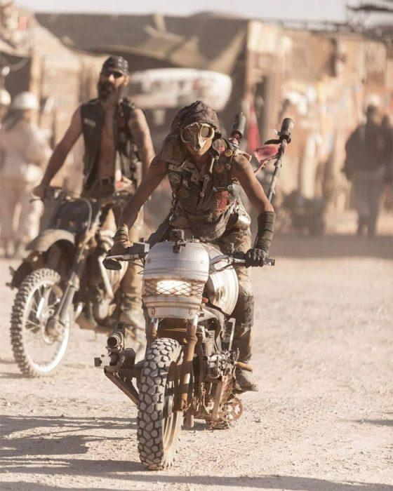 mm1 560x700 #Wasteland: El asombroso festival temático de Mad Max es arte, desierto y música (Fotografías)