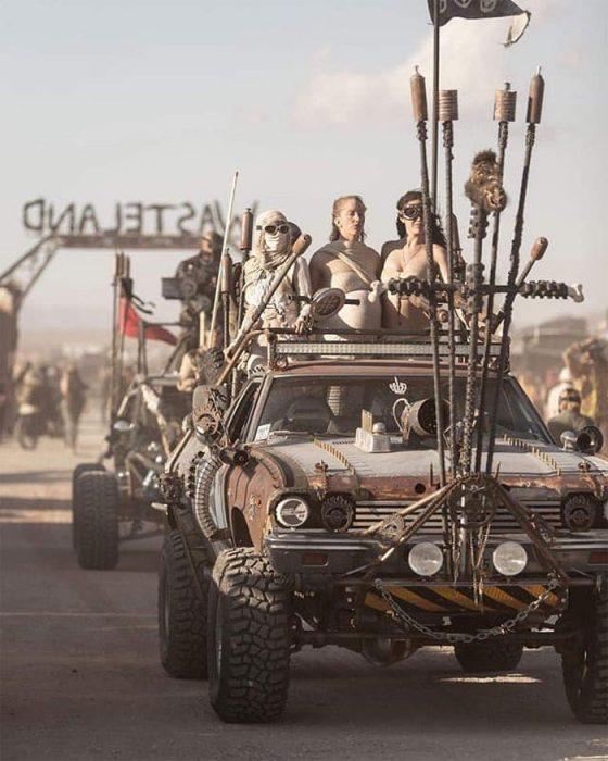 purasvie 560x700 #Wasteland: El asombroso festival temático de Mad Max es arte, desierto y música (Fotografías)