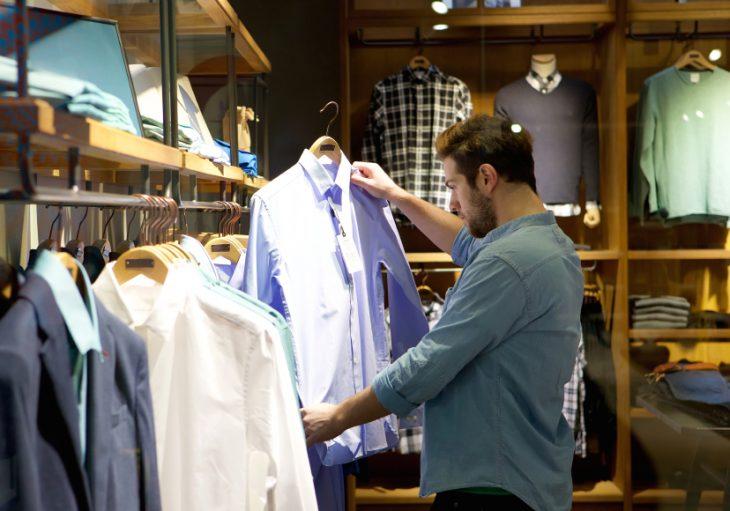hombre comprando ropa