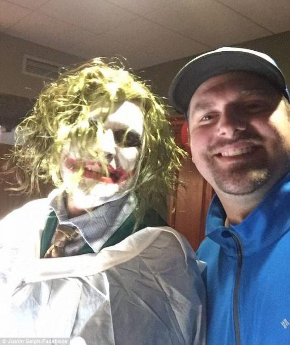 conelfelizpad 589x700 Fotografias: Doctor disfrazado de Joker atiende un parto de emergencia en pleno Halloween