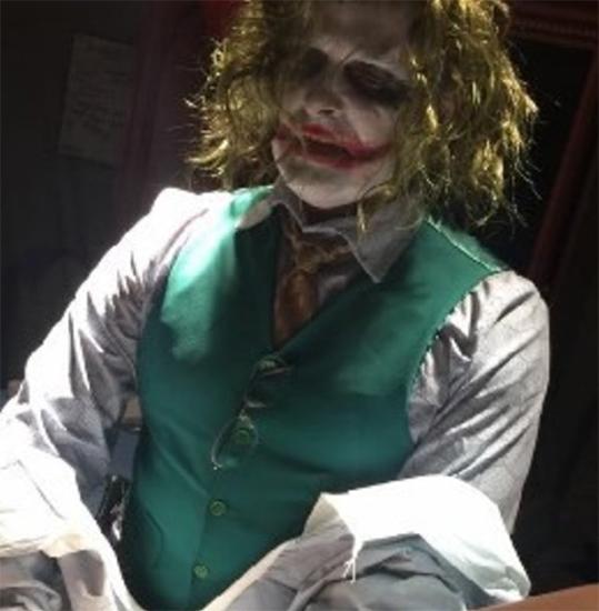 eldocdisfra Fotografias: Doctor disfrazado de Joker atiende un parto de emergencia en pleno Halloween