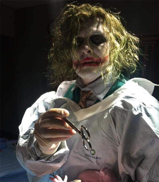 eljok23 Fotografias: Doctor disfrazado de Joker atiende un parto de emergencia en pleno Halloween