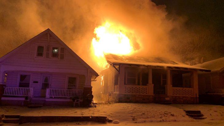 casa incendiándose