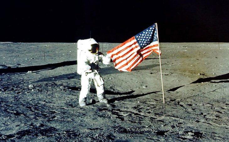 astronauta en la luna