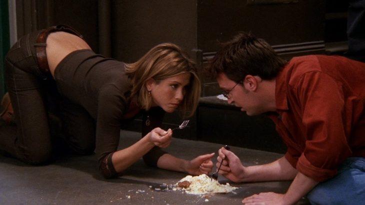 comiendo del suelo gif