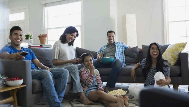 familia viendo tele