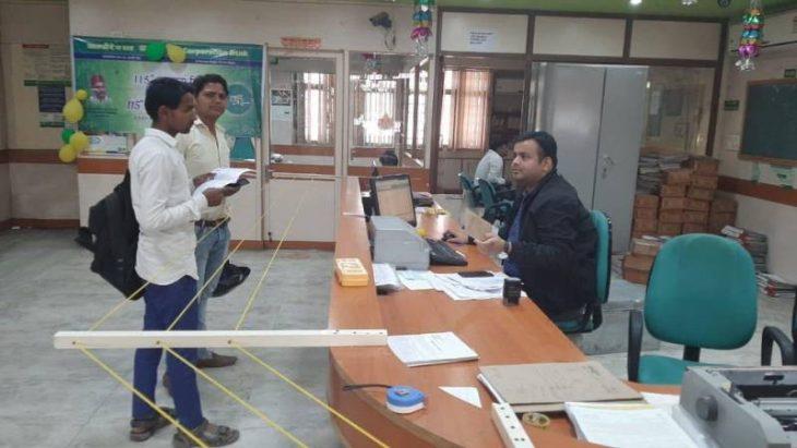 Este banco en India colocó cuerdas de distanciamiento para evitar cualquier contacto con los clientes.