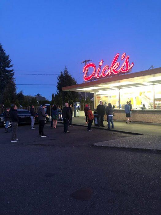 La gente de Seattle sigue comiendo comida rápida, pero obedeciendo la regla de distanciamiento