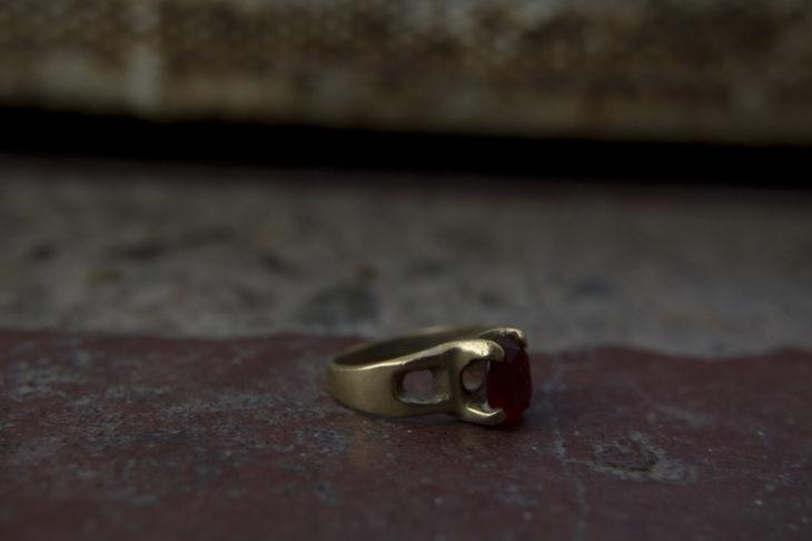 anillo en el suelo