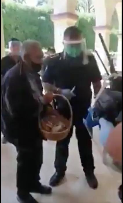 compran dulces a abuelito